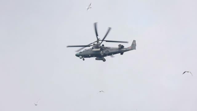 Elicottero militare sorveglia sulla città