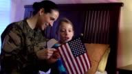 Militärische Mutter Tochter erklärt uns Flagge und