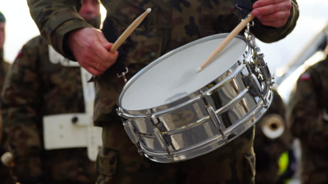 Militaire spelen drums