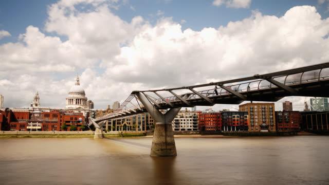 Millennium Bridge und der St Pauls cathedral-HD Zeitraffer. London