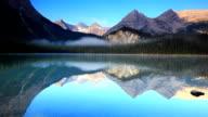 Verspiegelte Bild Berge auf See-Oberfläche