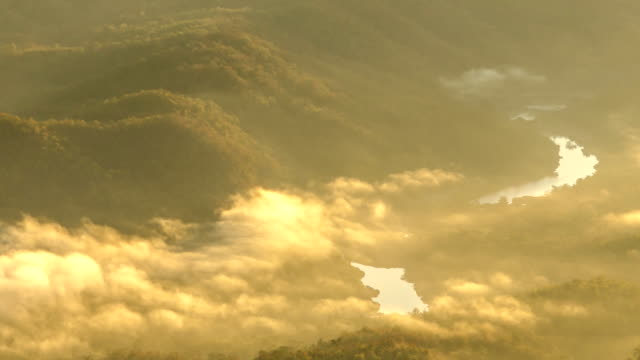 mist-spray unter mountain range in den Tag