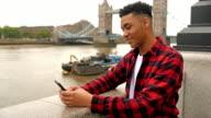 Gemengd ras Britse man texting
