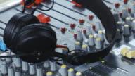 Mischpult und Kopfhörer