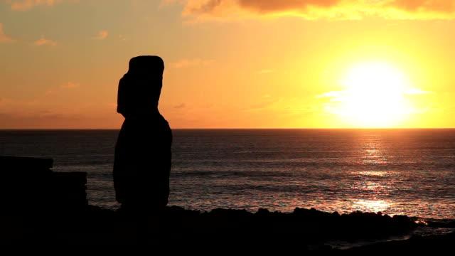 Moai standbeeld bij zonsondergang, Video-Montage, Paaseiland, Chili