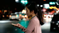 Meer: Mobil telefonieren, attraktive Asiatin mit Handy während zu Fuß, auf Straßen der Nacht Stadt