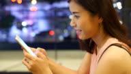 Meer: Mobil telefonieren, Hipster Mädchen mit Handy in der Nacht