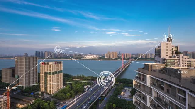 moderne gebouwen in midtown van moderne slimme stad in wolk lucht. time-lapse