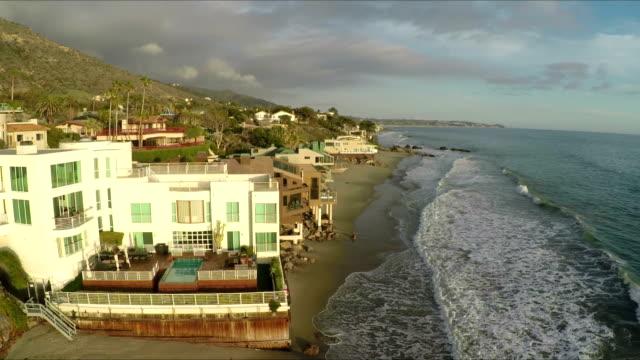 Moderne Häuser, Ozean, Wellen am Strand von El Matador Stand in Malibu, Kalifornien