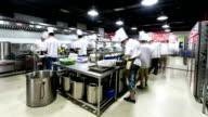 Moderne Küche und beschäftigt Köchen, Zeitraffer.