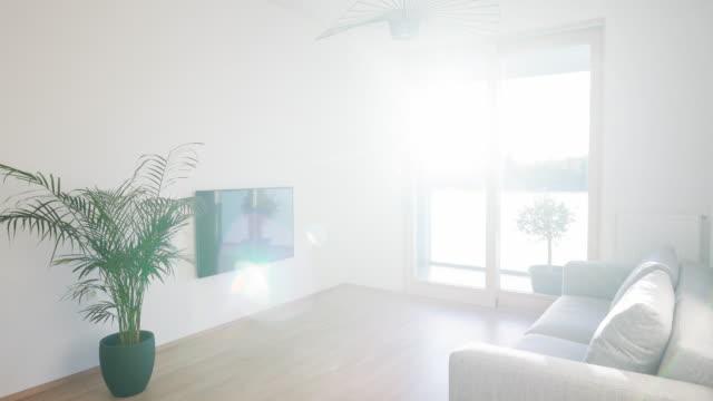 Modernt vardagsrum upplyst av solljus