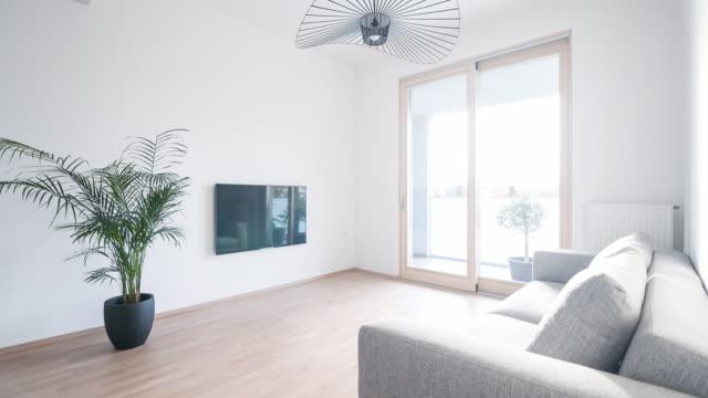 Modernt vardagsrum i en öppen planlösning lägenhet