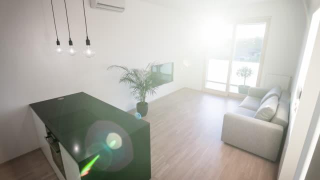 Modern öppen planlösning kök vardagsrum design i en ny modern lägenhet