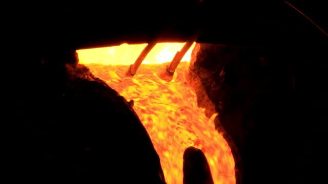 Flüssige Metall beginnt an flow aus dem Ofen