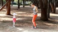 Mama und Baby Tanz im park