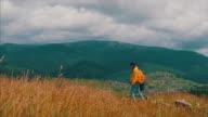 Mutter und Sohn, die bergige Panorama bei windigem Wetter