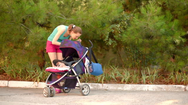 Mamma e figlio nel parco in estate