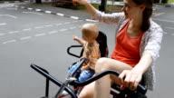 Mutter und Sohn Reiten Fahrrad genießen Vergnügungspark