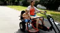 Mutter und Sohn Reiten Fahrrad durch den park