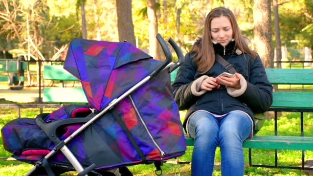 Mamma Adagiato su una panchina nel parco