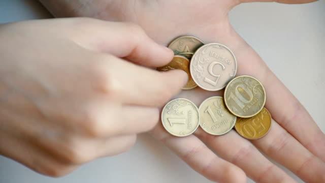 Risparmio di denaro nelle mani dei bambini