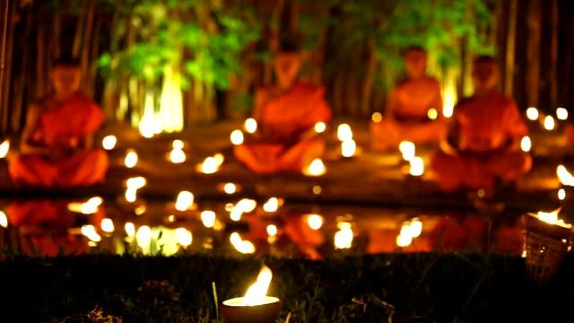 Monk meditazione nel tempio di con candela luce notturno tempo
