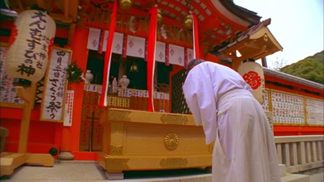 MS TU TD Monk praying at Kiyomizu Temple, Kyoto, Japan