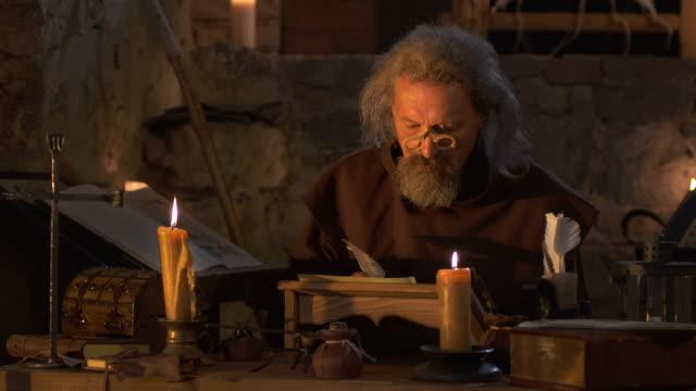 HD: Monk scrivendo con una Penna d'oca