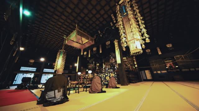 DS-Mönche beten in einem japanischen Tempel