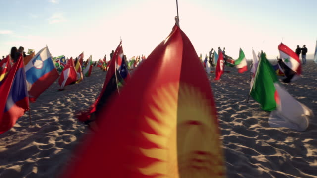 Montage - viele Flagge am Venice Beach bei Sonnenuntergang