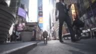 4 K Montage-junge Mensch und Hund in Time Square New York Selfie