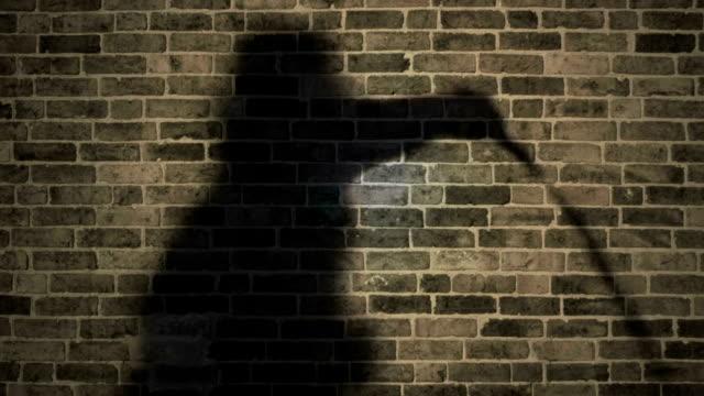 Moody Shadow Mann reißt Peitsche