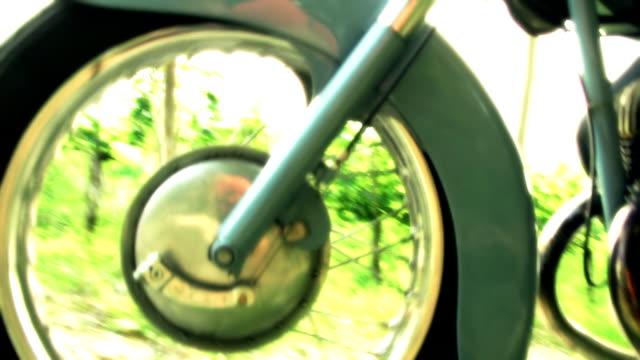 HD: Ciclomotore iniziare a spostarsi in avanti
