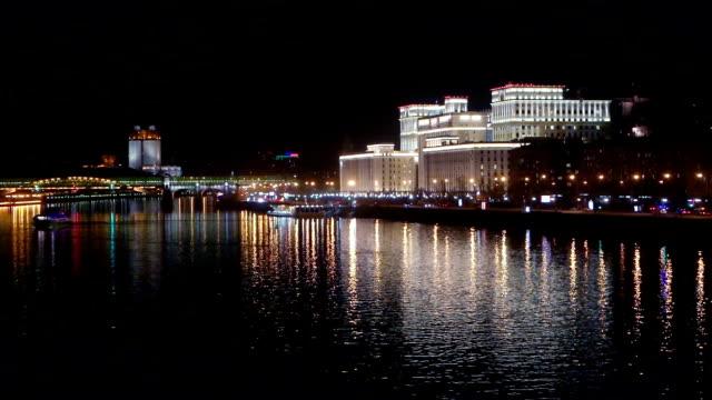 Riva del fiume di Mosca di notte