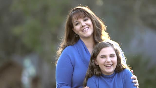 Moeder- en 10-jarige dochter buitenshuis