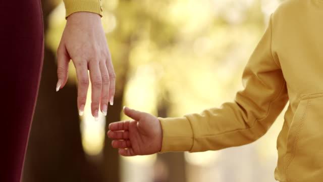 Madre e bambino con le mani