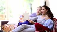 Mutter und Kinder, Schülern im Wohnzimmer