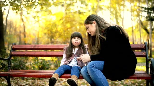 Mor och dotter i park