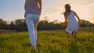 SLO MO Madre e figlia In esecuzione In erba