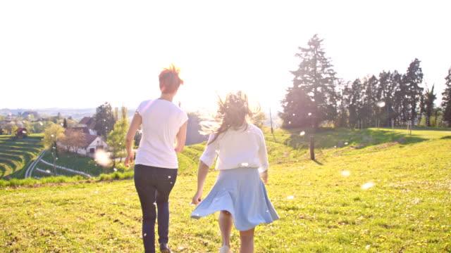 SLO, MO, Mutter und Tochter läuft mit Löwenzahn Samen