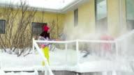 Madre e figlia, spalare la neve fuori casa ponte e passaggi