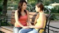 Madre e figlia, parlando all'aperto in estate parco