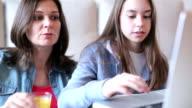 Madre e figlia utilizzando il computer portatile