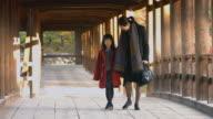 Mutter und Tochter zu Fuß durch japanischen Tempel