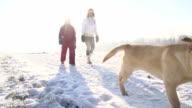SLO, MO, Mutter und Tochter zu Fuß mit Welpen