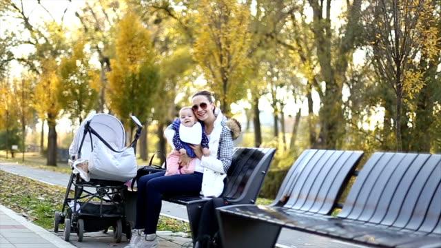 Madre e il Suo bambino in un parco