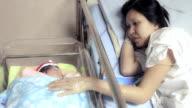 Mutter und Neugeborene.