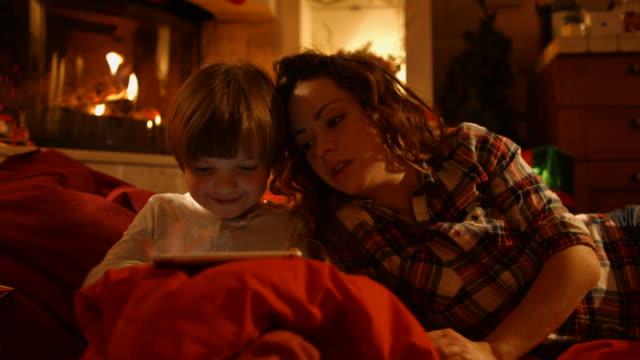 Madre e figlio in un Capodanno