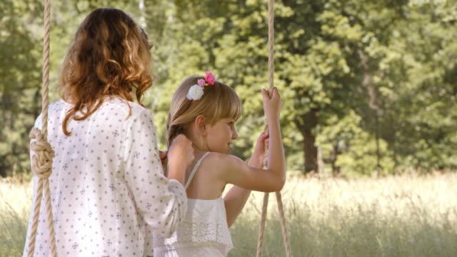 SLO MO Mutter Tochter Flechten Haare auf Schaukel