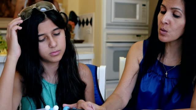Moeder wetenschap huiswerk terwijl preteen dochter van huis het scholen uit te leggen